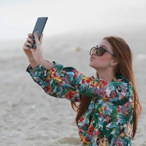 19jul2013---depois-da-polemica-em-torno-de-seu-cabelo-marina-ruy-barbosa-vai-a-praia-sozinha-e-tira-fotos-fazendo-biquinho-1374264767952_300x300