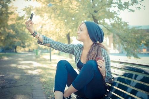 menina-tirando-foto-selfie